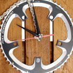 velo tableau horloge, velo panneau horloge, velo design, cyclisme, velo cadeau, eco-cadeau, eco-horloge, bike gift, bike clock, cycling, ecofriendly gift, recycled bicycle gear desk clock, upcycled clock, bicycle clock, cycling gift, tableau horloge decorative, bike clock,